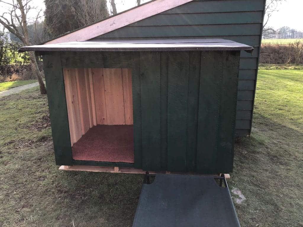 unsere fertige selbst gebaute Hundehütte